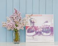 Plakat mit Fahrrad - Blumenbeet und Bündel der Flieder Lizenzfreie Stockbilder