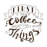 Plakat mit Handbeschriftung Zitat für Kartendesign Tintenillustration Zuerst trinke ich Kaffee, dann, das ich die Sachen tue stock abbildung