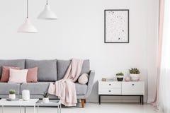 Plakat nad gabinet z roślinami w białym płaskim wnętrzu z szpilką zdjęcia stock