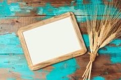 Plakat ramowa i pszeniczna uprawa na drewnianym tle żydowski wakacyjny Shavuot pojęcie Obrazy Stock