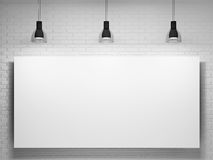 Plakat und Lampen über der Backsteinmauer Stockfotografie