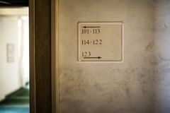 Plakat, welches die Anzahlen von den Räumen anzeigt lizenzfreie stockfotografie