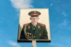 Plakat z rosyjskim żołnierzem przy Checkpoint Charlie w Berlin, Ger zdjęcia royalty free