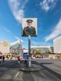 Plakat z rosyjskim żołnierzem przy Checkpoint Charlie w Berlin, Ger zdjęcie stock