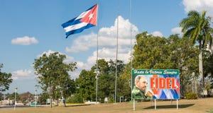Plakat z wizerunkiem Fidel Castro i kubańczyk zaznaczamy w Santa Clara, Obrazy Stock