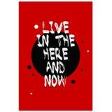 Plakatbeschriftung mit Zitat auf einem roten Hintergrund Leben Sie in hier und jetzt Stockbild