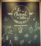 Plakatkaffee mit Hand gezeichneter Beschriftung stockfoto