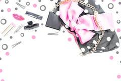 Plakatowa kobiety ` s torebka z dekoracyjnymi kosmetykami Zdjęcia Royalty Free