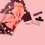Plakatowa kobiety ` s torebka z dekoracyjnymi kosmetykami Obrazy Royalty Free