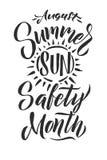 Plakatowa lata słońca ochrona Sierpień jest lata słońca bezpieczeństwa miesiącem Czarnych listów bielu tło Zdjęcie Royalty Free