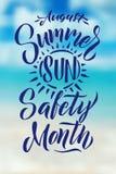 Plakatowa lata słońca ochrona Sierpień jest lata słońca bezpieczeństwa miesiącem Zamazana plaża Zdjęcia Stock