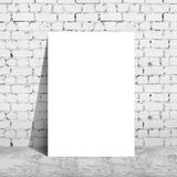 Plakatowa pozycja obok ściana z cegieł Fotografia Stock