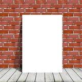 Plakatowa pozycja obok ściana z cegieł Obraz Stock