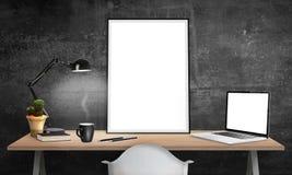 Plakatrahmen und -laptop auf Schreibtisch für Modell lizenzfreie abbildung