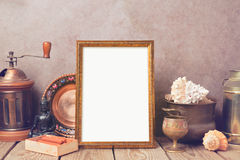 Plakatspott herauf Schablone mit alter Sammlung wendet auf Holztisch ein Lizenzfreies Stockbild