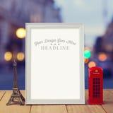 Plakatspott herauf Schablone mit Eiffelturm- und London-Telefonzelle über Stadt bokeh Hintergrund Stockfotos
