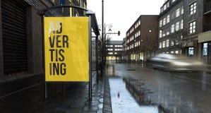 Plakatwerbungsmarketing auf Stadt am Abend stockfotos