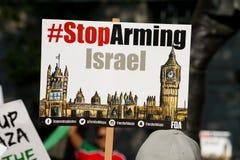 plakaty i plakaty przy Gaza: Zatrzymuje masakra wiec w Whitehall, Londyn, UK zdjęcie stock