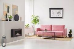 Plakaty na ścianach w Scandi siedzącego pokoju wnętrzu z różowym velve zdjęcia stock