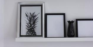 Plakaty z ananasowymi i czystymi ramami na półce, nowożytny wnętrze, sztandar zdjęcia stock