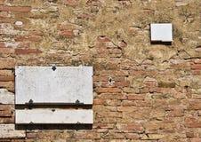 Plakette auf der Backsteinmauer Stockbild