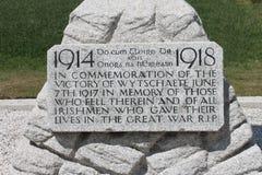 Plakette auf 16. irischem Abteilungs-Gedenkkreuz bei Wijtschate Belgien Stockbild