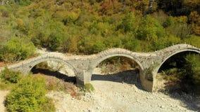 Plakidas鸟瞰图在希腊北部成拱形Zagori地区石桥梁  股票视频