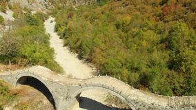 Plakidas鸟瞰图在希腊北部成拱形Zagori地区石桥梁  影视素材