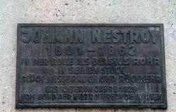Plakieta na zabytku Austriacki dramatopisarz, komiczny aktor, opera piosenkarz Johann Nestroy obrazy stock