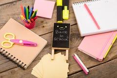 plakieta z x22 & inskrypcją; Popiera school& x22; pobliscy notepads, nożyce i inny materiały na brown drewnianym stole, obraz royalty free