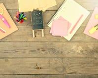 plakieta z x22 & inskrypcją; Popiera school& x22; pobliscy notepads, nożyce i inny materiały na brown drewnianym stole, zdjęcie stock