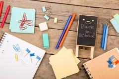plakieta z x22 & inskrypcją; Popiera school& x22; pobliscy notepads, papiery i inny materiały na brown drewnianym stole, zdjęcie stock