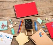 plakieta z x22 & inskrypcją; Popiera school& x22; pobliscy notepads, papiery i inny materiały na brown drewnianym stole, obraz stock