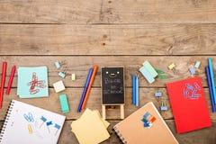 plakieta z x22 & inskrypcją; Popiera school& x22; pobliscy notepads, papiery i inny materiały na brown drewnianym stole, obrazy royalty free
