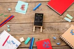 plakieta z x22 & inskrypcją; Popiera school& x22; pobliscy notepads, papiery i inny materiały na brown drewnianym stole, obraz royalty free