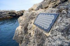 Plakieta z inskrypcją na kamieniu morzem Zdjęcia Royalty Free