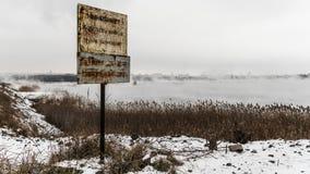 Plakieta z wpisową uwagą przeciw tłu mglisty staw, zbiory wideo