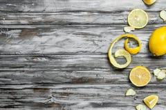 Plakken en schil van verse citroen royalty-vrije stock afbeeldingen