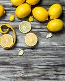 Plakken en schil van verse citroen stock afbeelding