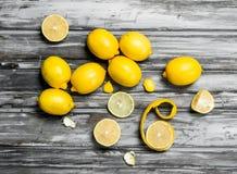 Plakken en schil van verse citroen stock afbeeldingen