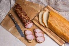 Plakken gerookte vlees of ham op bruin verpakkingsdocument Plakken wit w royalty-vrije stock afbeeldingen