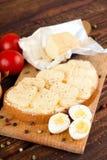 Plakken van aromatische kaas op beboterd brood royalty-vrije stock foto
