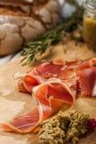 Plakken van bacon op rustieke houten die raad door Amerikaanse veenbes, saus, kleine tak wordt omringd van rozemarijn Royalty-vrije Stock Foto's