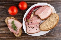 Plakken van borststuk, kruidnagel en zwarte peper, dille, Spaanse peperpeper, brood in schotel, tomaten, sandwich met borststuk o royalty-vrije stock afbeeldingen