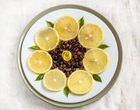 Plakken van citroen op de plaat met koffiebonen Royalty-vrije Stock Fotografie