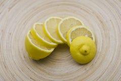 Plakken van citroen op plaat Stock Foto