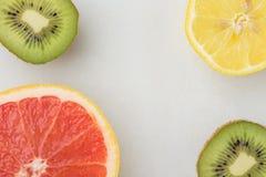 Plakken van de Rijpe Sappige Kiwi van de Grapefruitcitroen op Witte Marmeren Steenachtergrond De gezonde Levensstijlvitaminen mak royalty-vrije stock fotografie