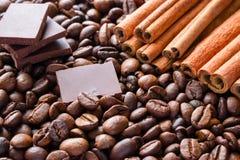 Plakken van donkere chocolade op de achtergrond van pijpjes kaneel Royalty-vrije Stock Foto's