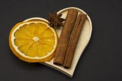 Plakken van droge sinaasappel met steranijsplant en kaneelkruid stock afbeelding