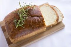 Plakken van eigengemaakt wit broodbrood op houten scherpe raad Stock Foto
